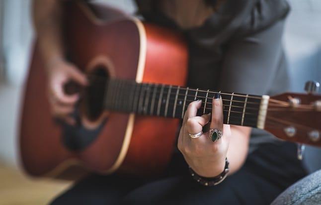 Accorder sa guitare avec un accordeur - La Guitare en 3 Jours