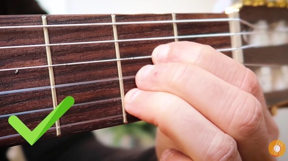 Bonne posture accord de guitare - La Guitare en 3 Jours