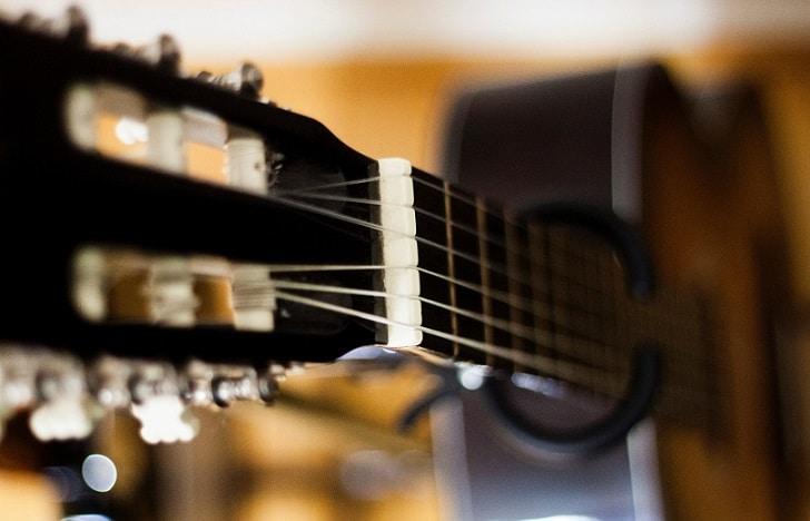 Comment faire la transition de l'accord de Do vers l'accord de Sol à la guitare