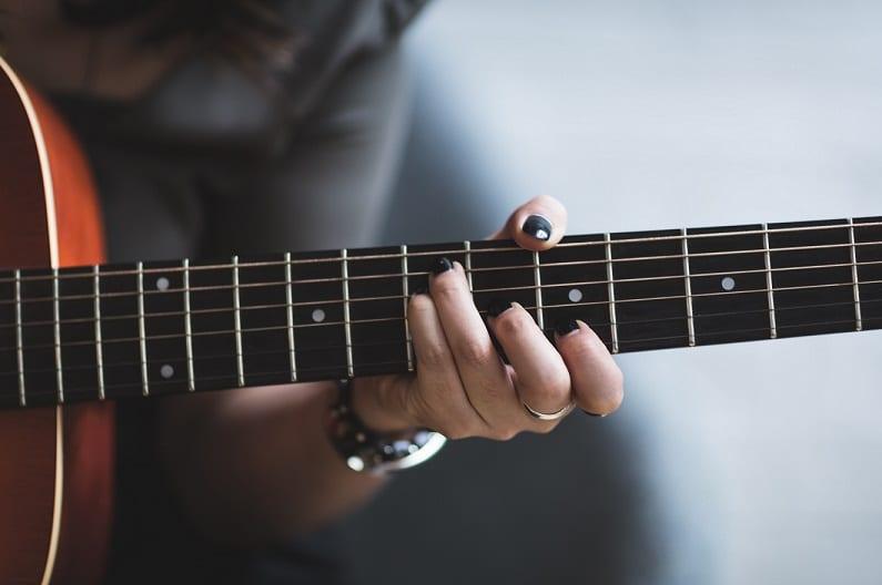 Comment passer de l'accord de Sol vers l'accord de Ré facilement à la guitare