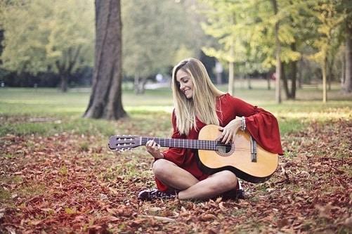 Est-ce que vous avez une posture confortable pour jouer de la guitare