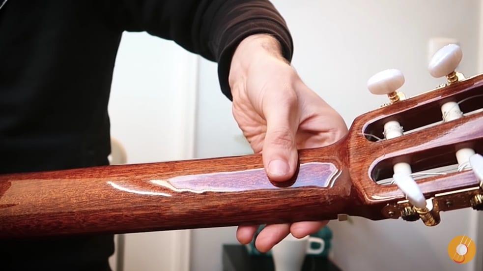 Quelle est la position du pouce sur le manche - La Guitare en 3 Jours